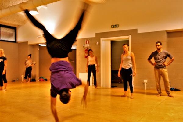 danzatore in verticale su una mano